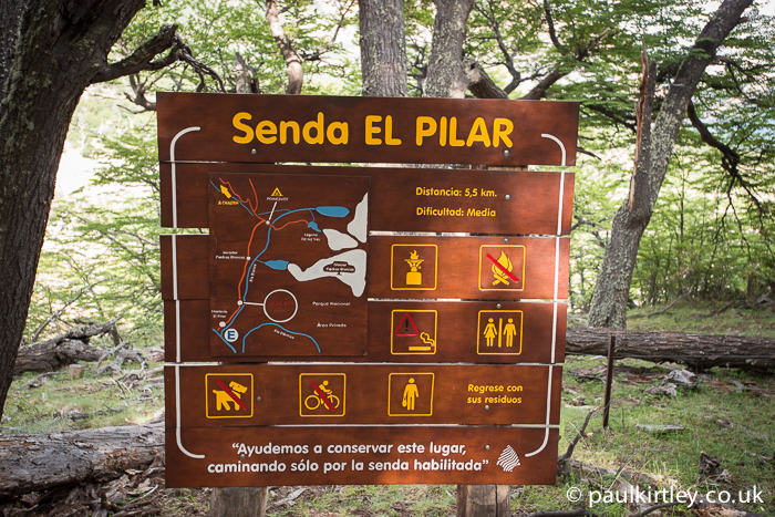 Senda El Pilar hiking trail map and sign