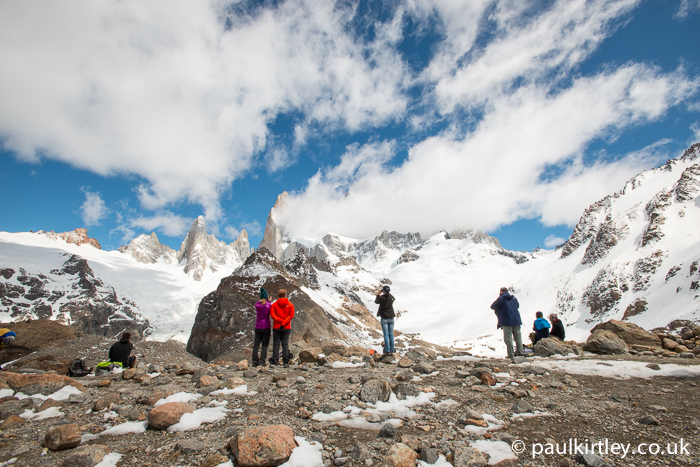 Hikers looking at Laguna de los Tres and Mount Fitz Roy